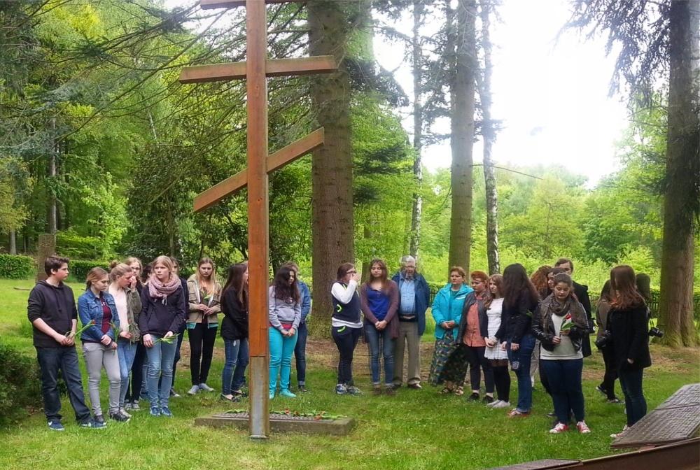 Russiche Jugendliche auf dem Waldfriedhof